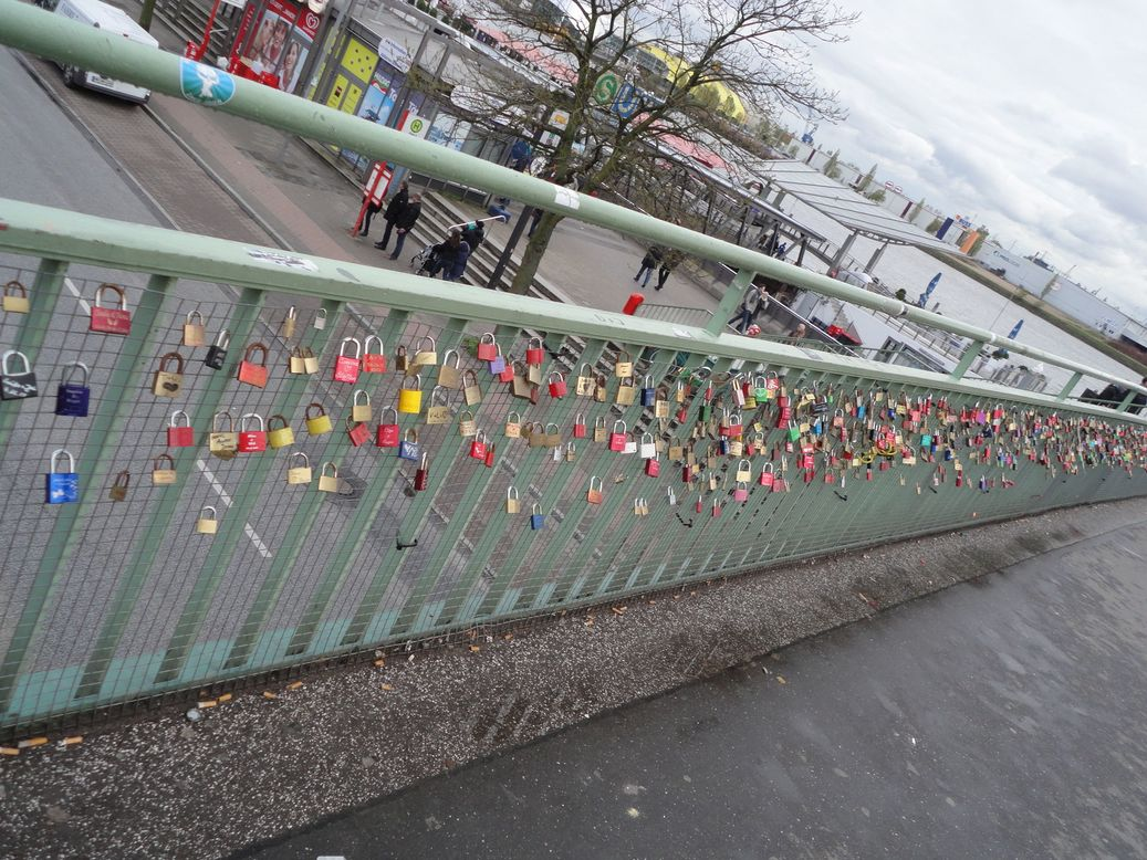 Love is in the air! Landungsbrücken. Hamburg, Germany