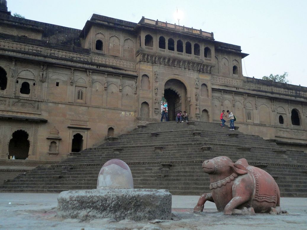 Shiva and Nandi. Ghat along the Narmada, Maheshwar, Madhya Pradesh, India